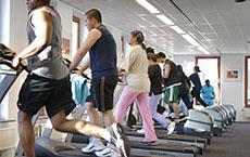 Mensen aan het lopen op een loopband in de sportschool