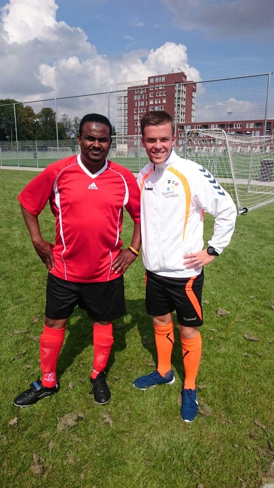 Een portret van trainer van vv NEC Delfzijl Jos Schaart en aanjager Shinbir van AZC Delfzijl.
