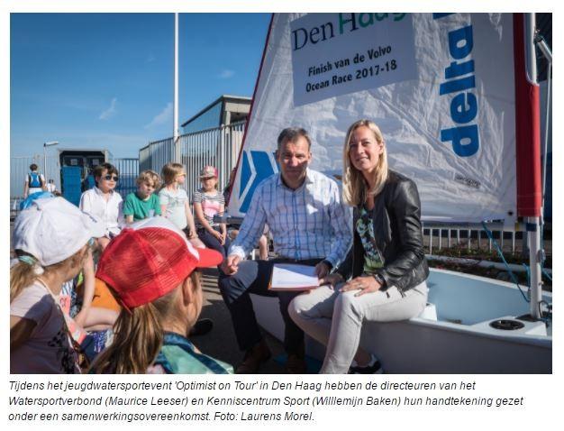 Tijdens het jeugdwatersportevent 'Optimist on Tour' in Den Haag hebben de directeuren van het Watersportverbond (Maurice Leeser) en Kenniscentrum Sport (Willlemijn Baken) hun handtekening gezet onder een samenwerkingsovereenkomst. Foto: Laurens Morel.